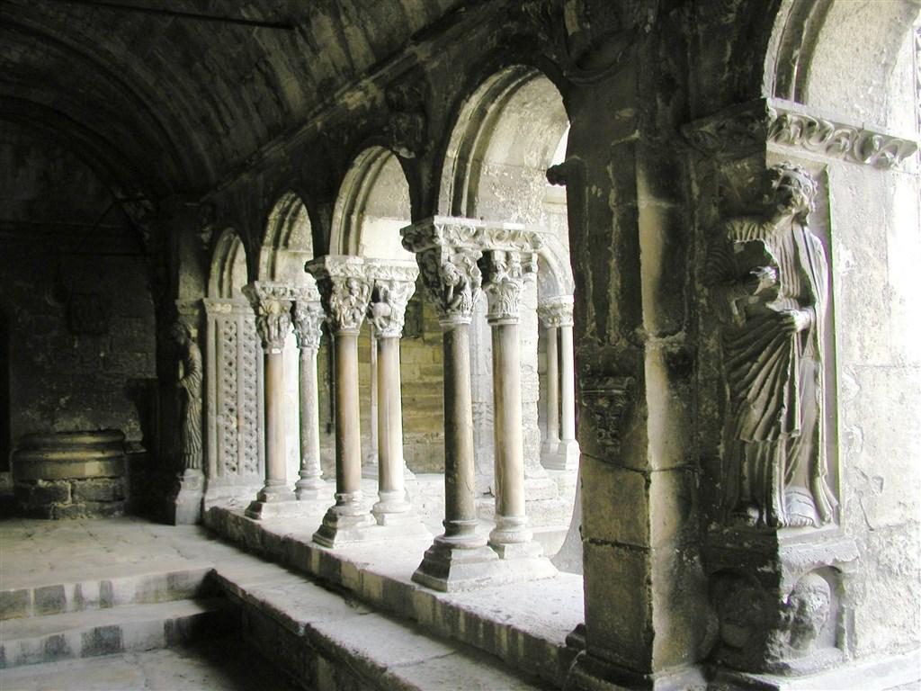 zájezdy Francie - Francie - Provence - Arles, kostel sv.Trofima, křížová románsko-gotická chodba