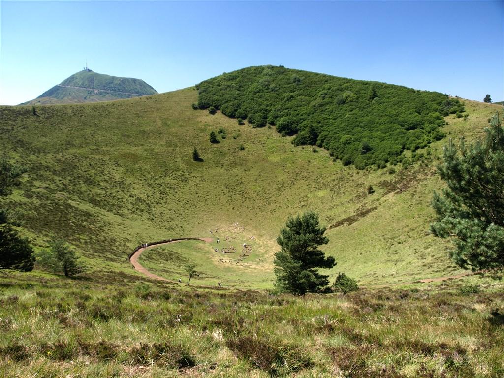 zájezdy Francie - Francie - Auvergne - vulkanický  kráter Puy de Pariou je hluboký 96 m a má obvod 950 m