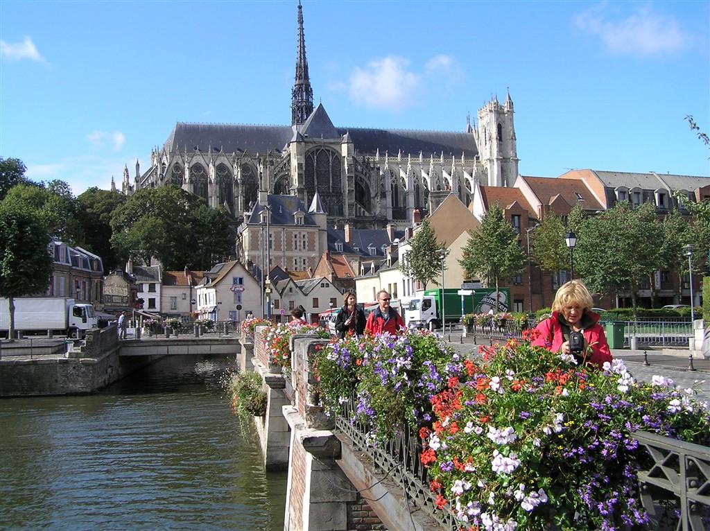 zájezdy Francie - Francie -  Pikardie - Amiens, nad městem se tyčí katedrála Notre Dame